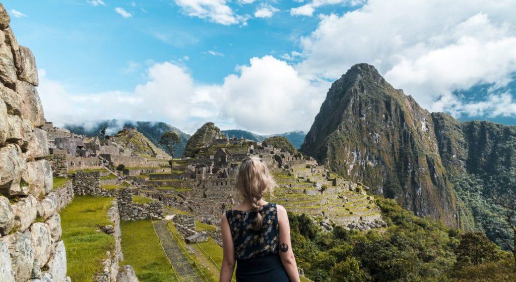 Paysage du Machu Picchu au Pérou et jeune femme vue de dos