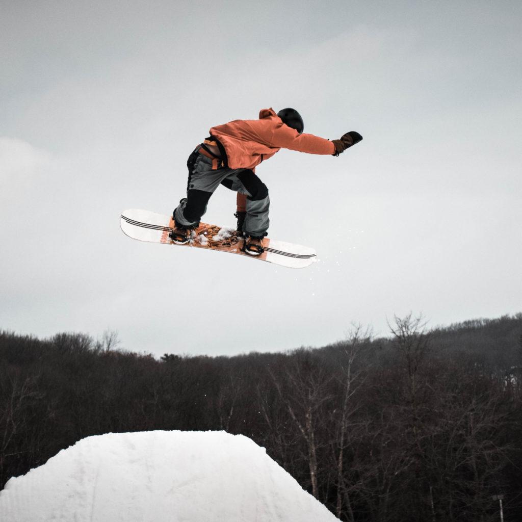 Snowboardeur au snowpark