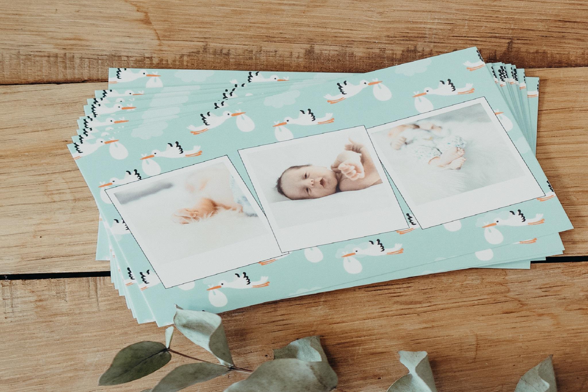 pile de cartes avec photos bebe et cigognes
