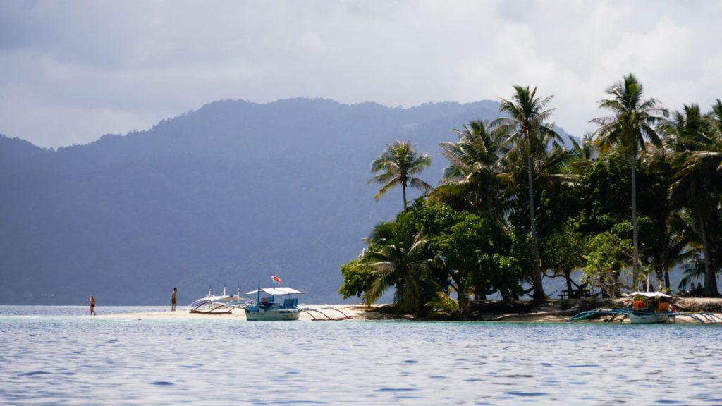 Bateau accosté sur la plage de Port Barton aux Philippines