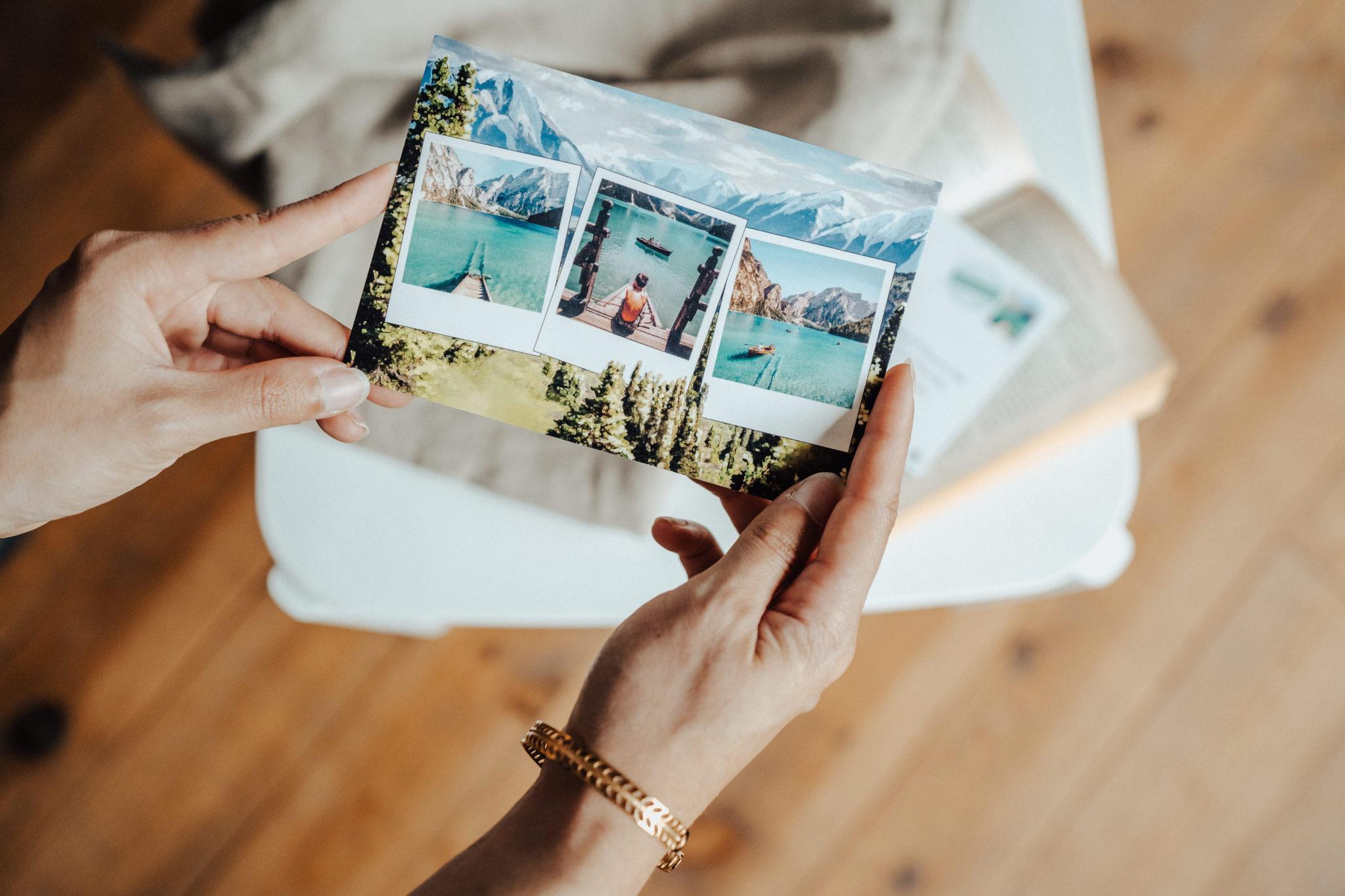 mains tenant carte postale montagne