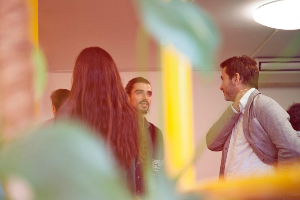 Collegues qui discutent lors d'un pot de depart