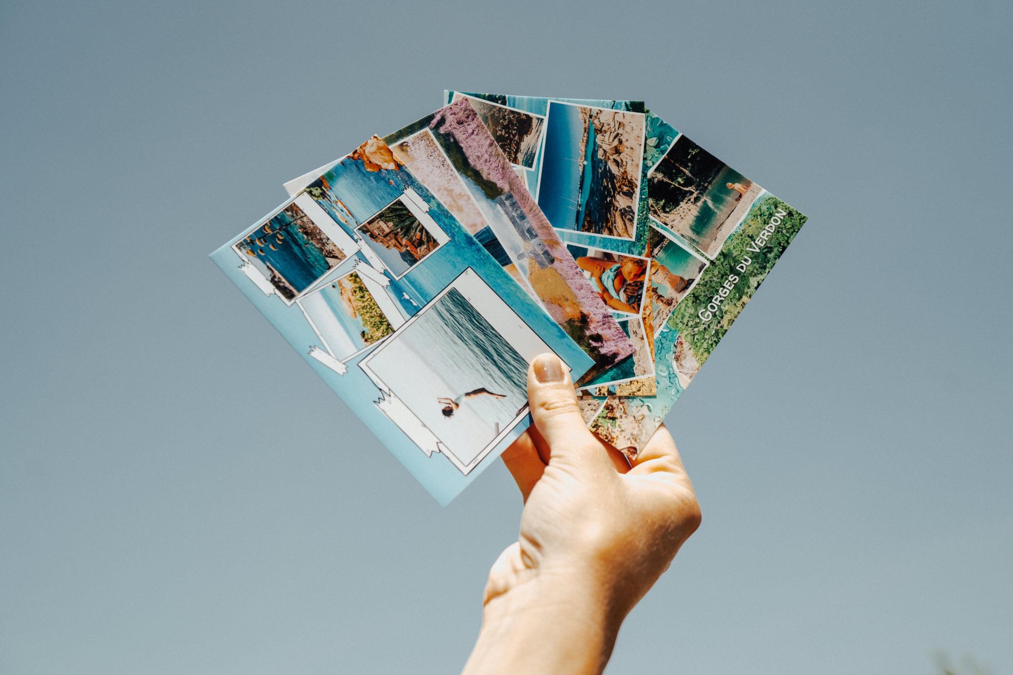 main avec eventail de cartes postales du verdon