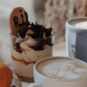 Recettes Halloween effrayantes avec cerveau, doigt de sorciere, gateau de sang, macarons araignees