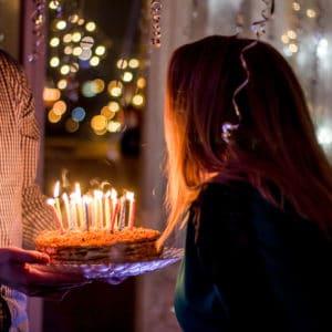 Femme qui souffle ses bougies d'anniversaire