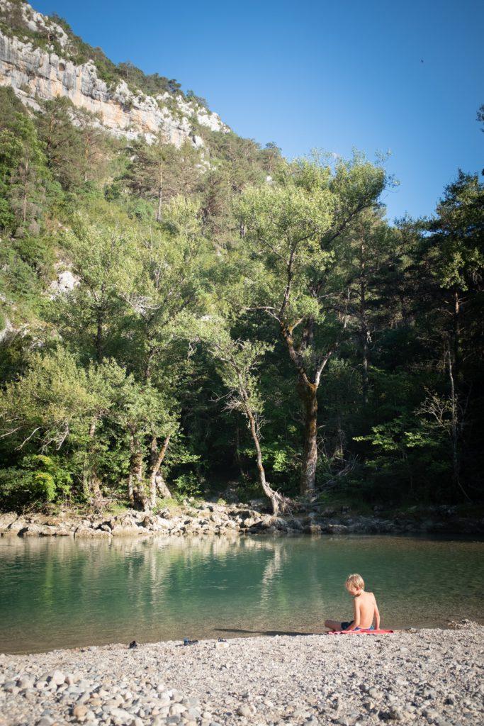 Enfant en bord de riviere aux Gorges du Verdon