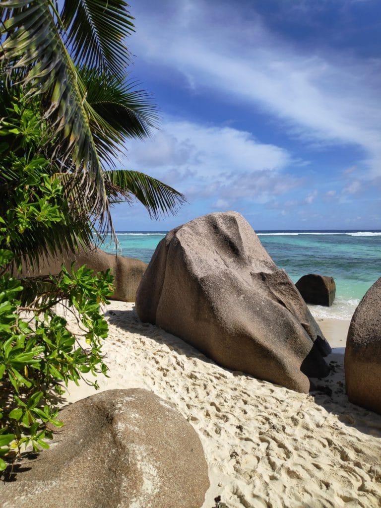 Roches sur le sable plage des Seychelles