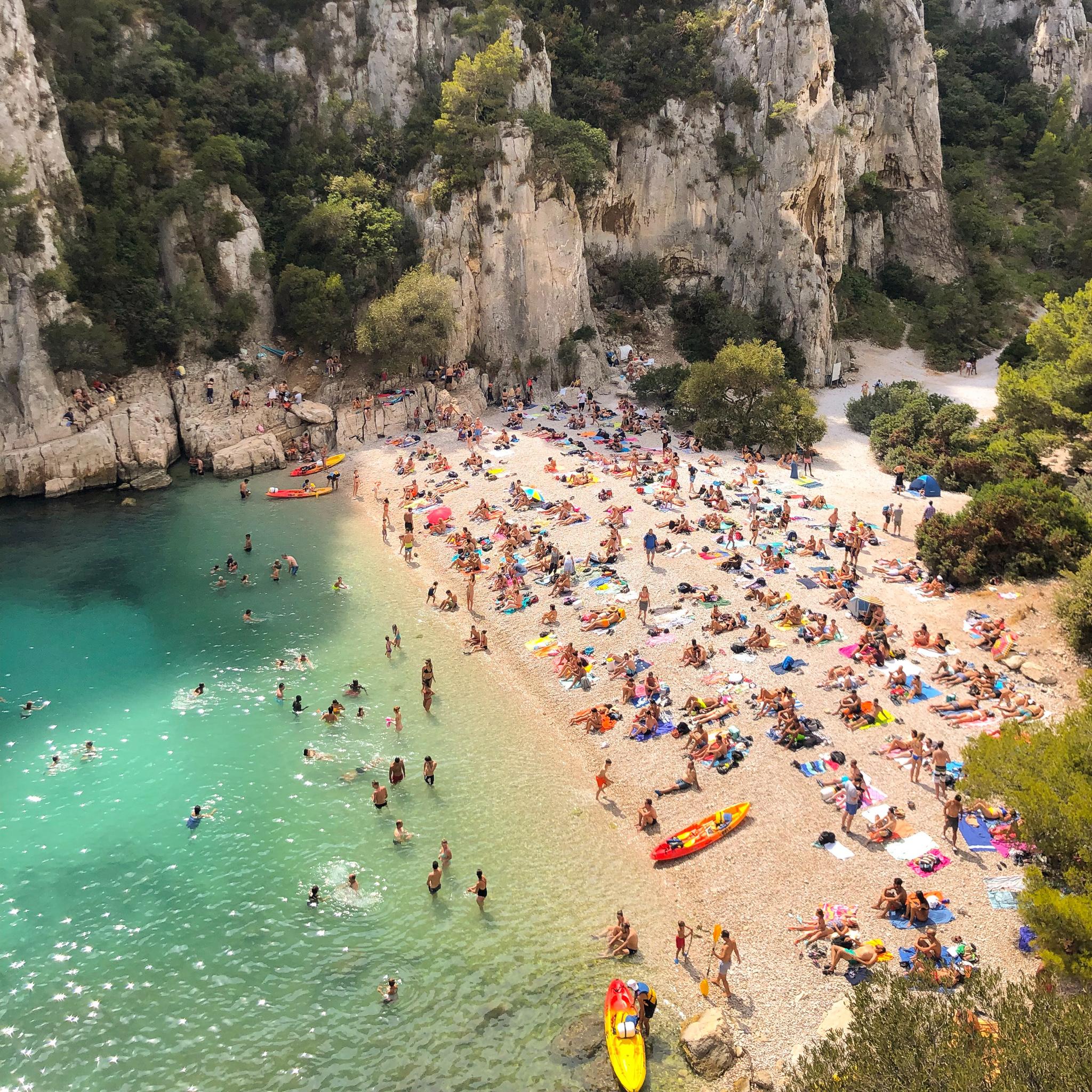 vacanciers sur la plage dans les calanques