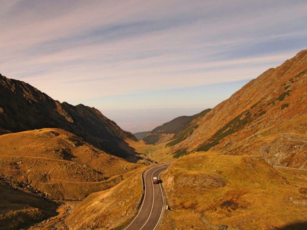 Route dans vallée en Roumanie