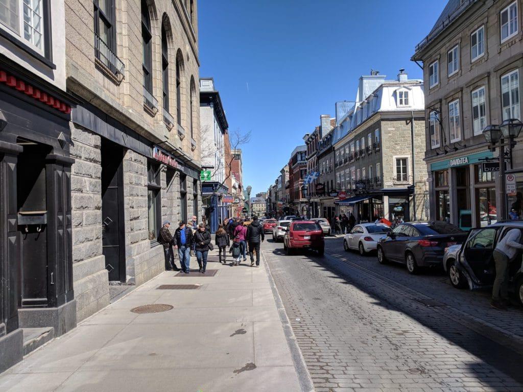 Rue dans le centre de Québec avant des passants
