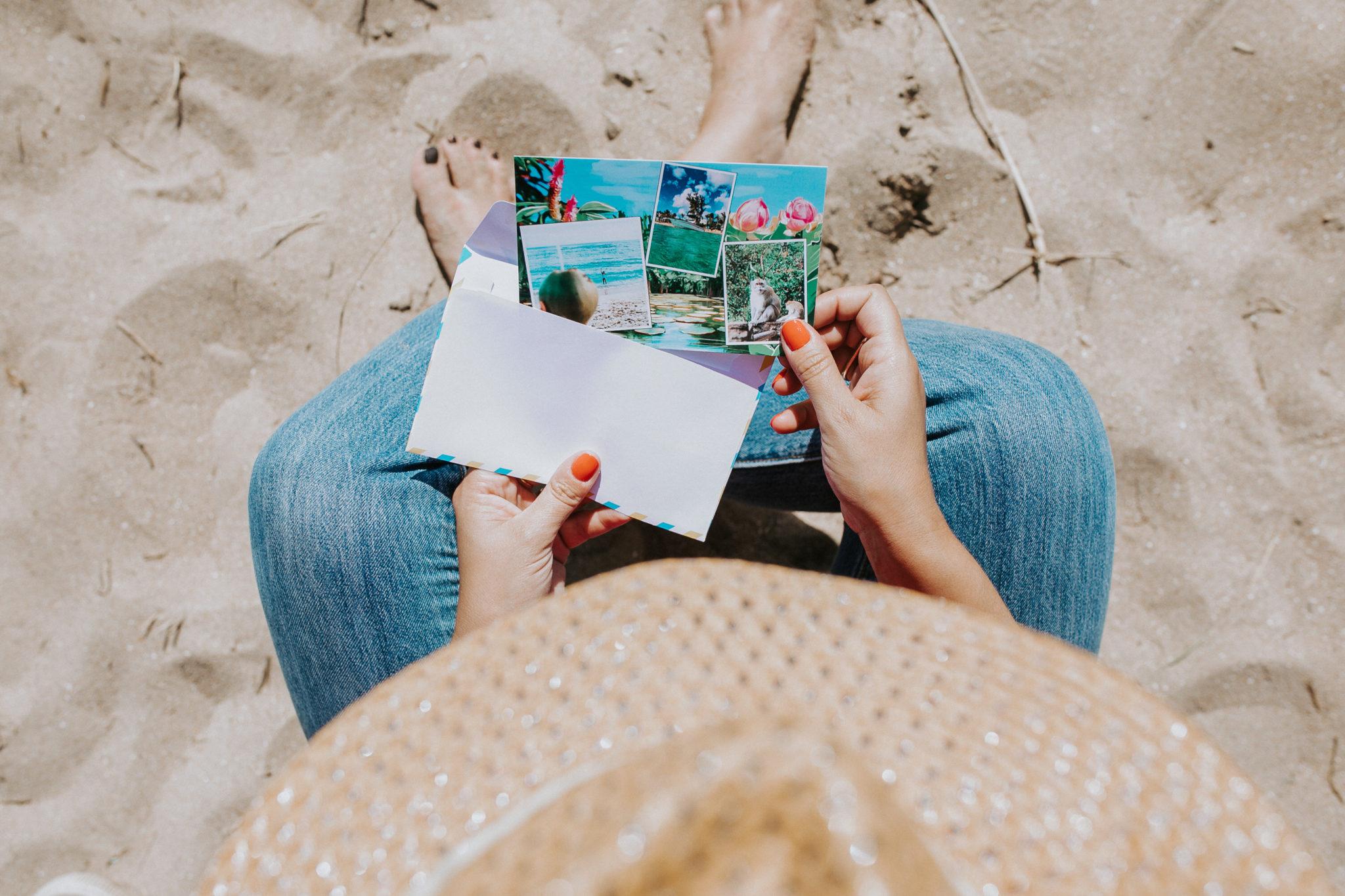 carte dans mains d'une femme a la plage