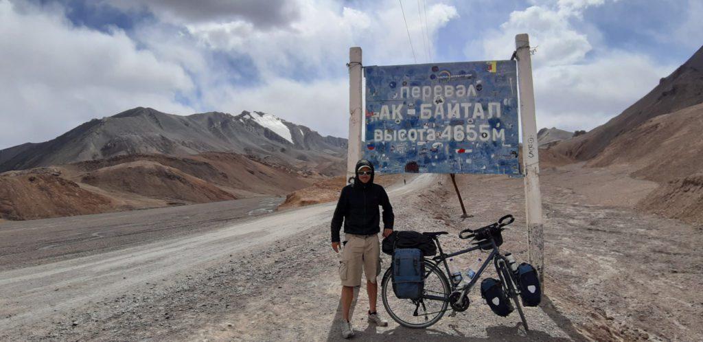 Panneau et Jérémy avec son vélo