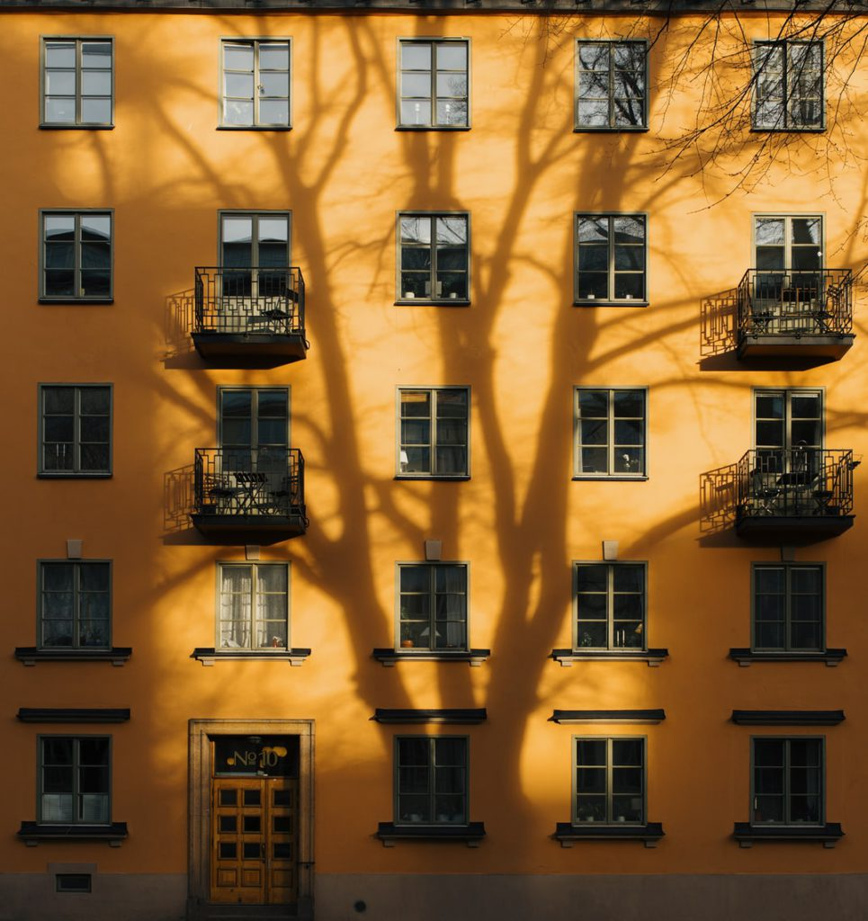 Façade orangée d'un bâtiment à Stockholm