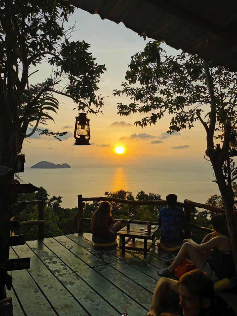 coucher de soleil dans coworking en thaïlande