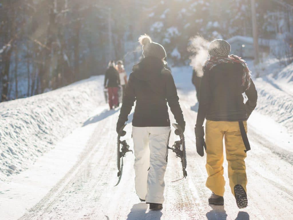 Deux personnes sur des raquettes dans la neige au Canada