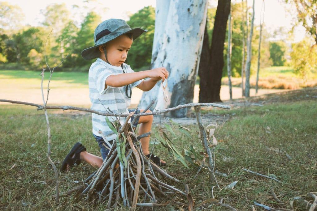 Enfant qui campe dans le jardin pour dormir une première fois dans une tente pendant l'été.