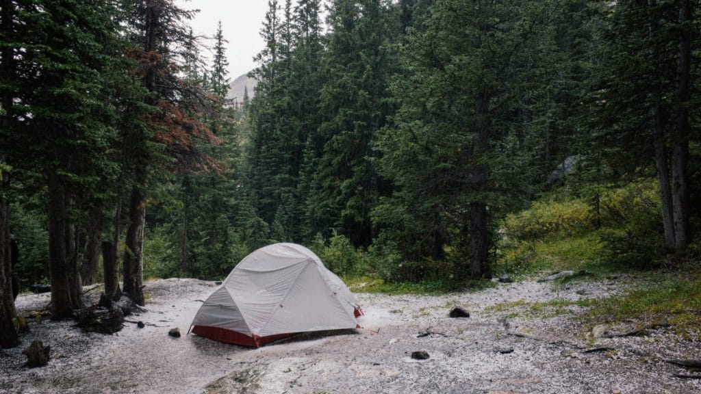 Tente qui a pris l'eau au beau milieu des bois