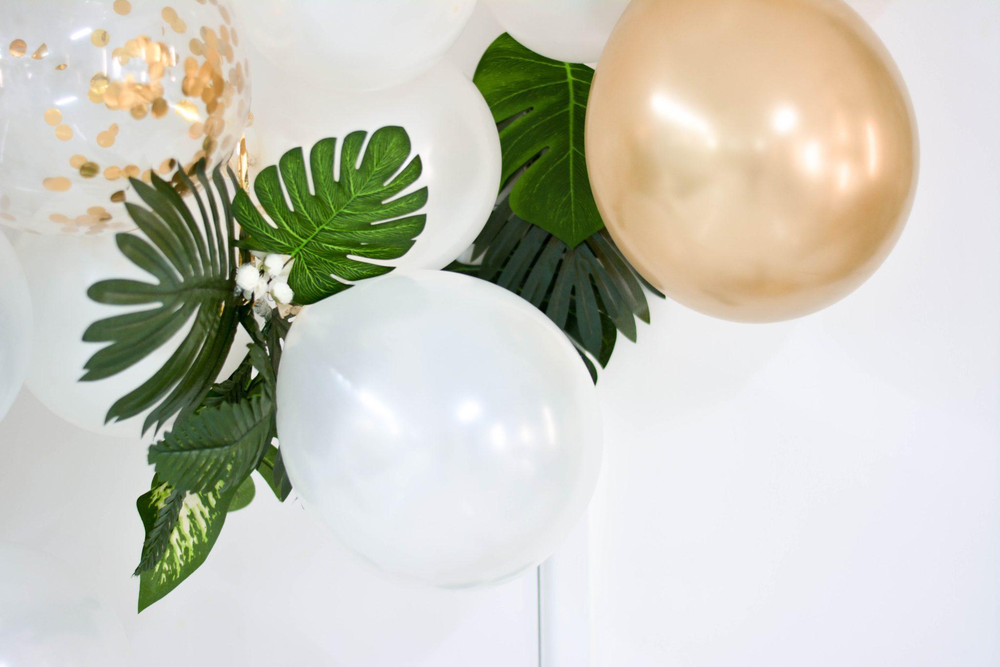 Ballons d'anniversaire dores et blancs avec feuilles theme jungle