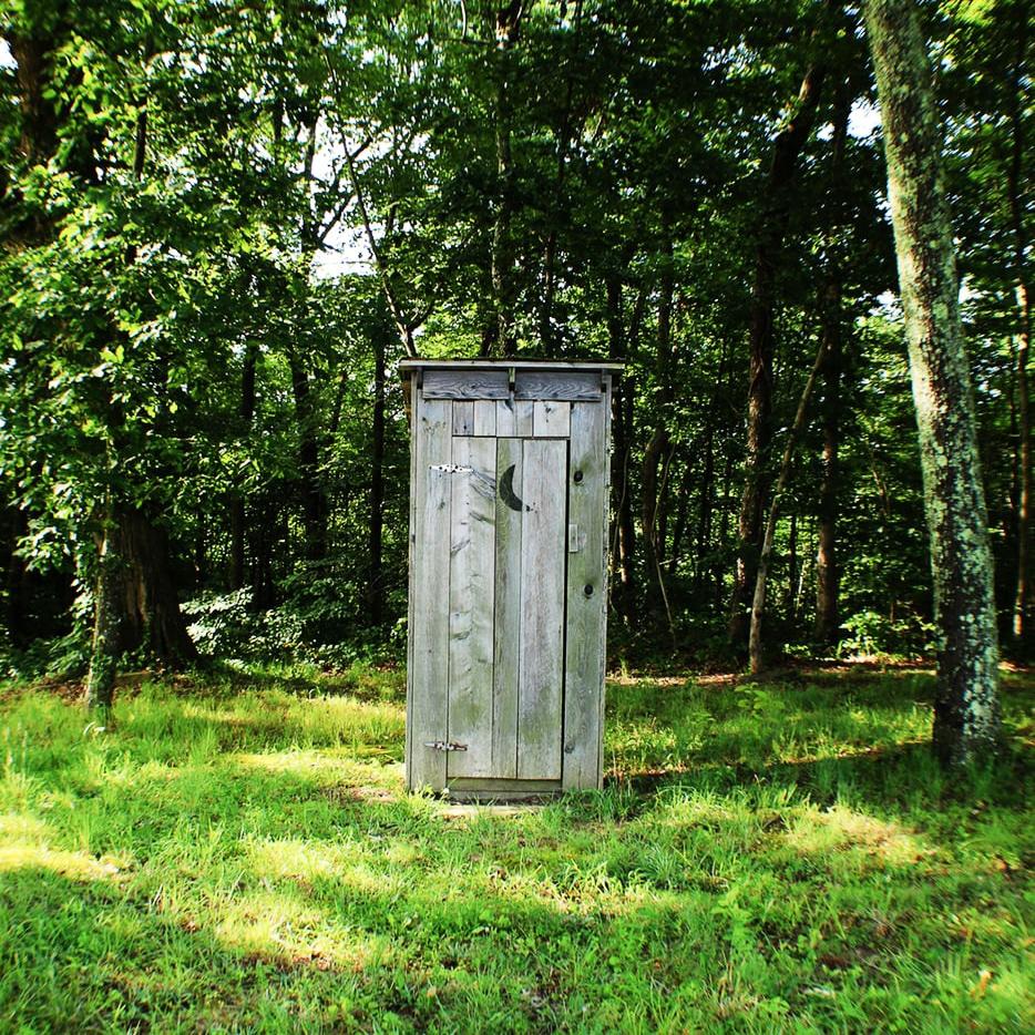 Toilettes à 500 mètres de la tente de camping. Envie pressante en plein été