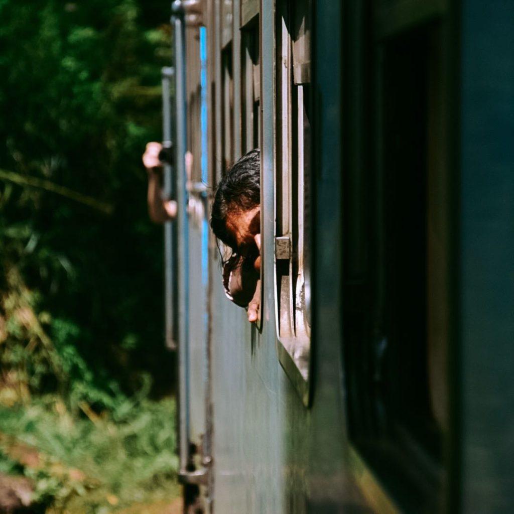 Voyageuse à bord du train bleu de Kandy à Ella