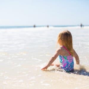 Enfant au bord de l'eau pendant ses vacances à la mer
