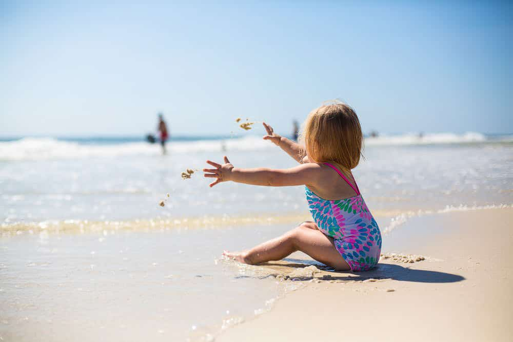 Vacances à la mer, enfant sur le sable