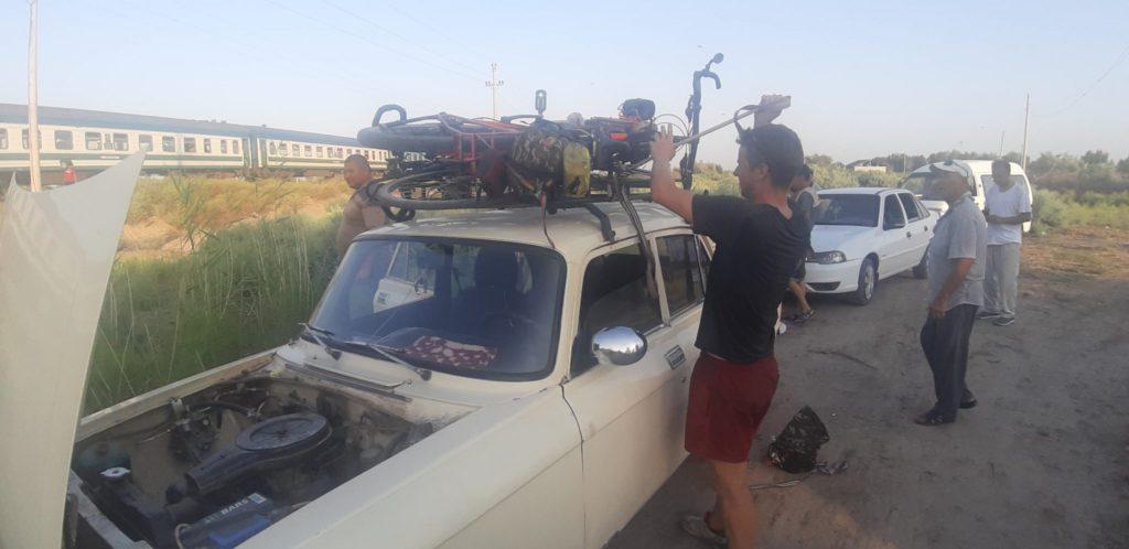 voyage vélo remorqué sur le toit d'une voiture