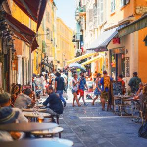 Rue et restaurants du Vieux-Nice à Nice quartier historique