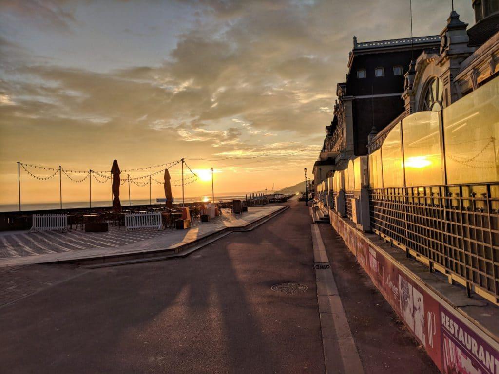 Quitter Paris pour vivre à Cabourg, coucher de soleil sur la ville