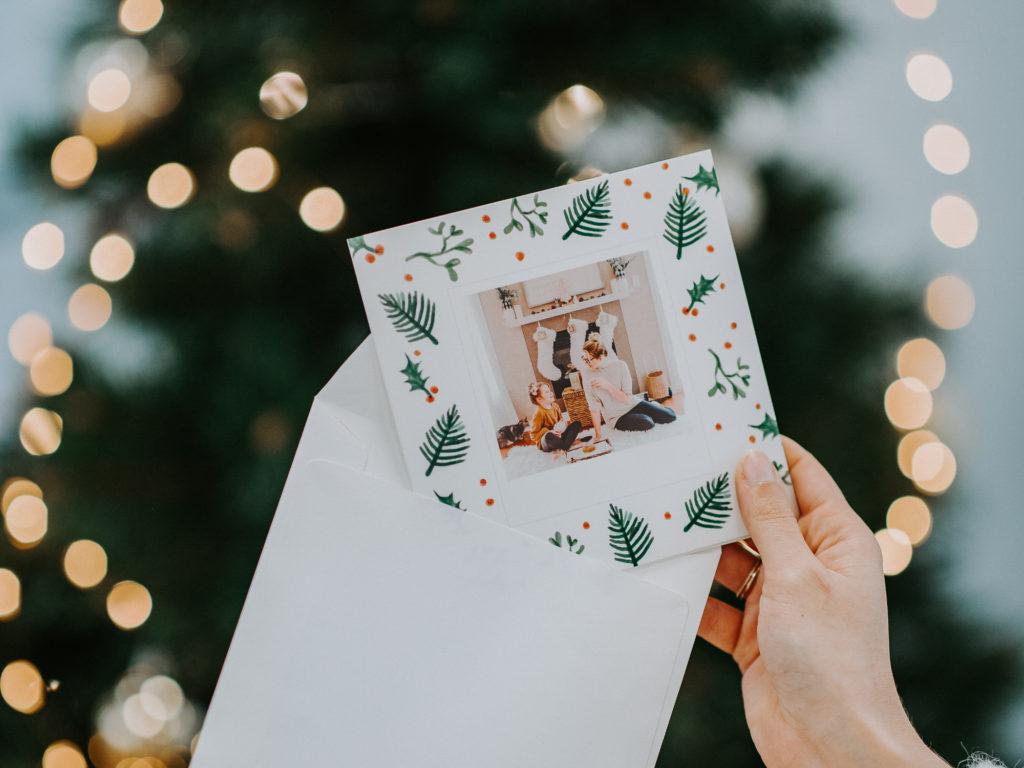 carte de bonne annee avec enveloppe Fizzer devant sapin de Noel