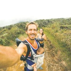 Couple qui voyage avec un enfant en bas âge, randonnée