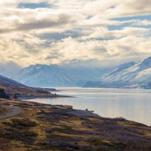 Lac au bord d'une montagne, paysage photographié par Bastien lors de son tour du monde.