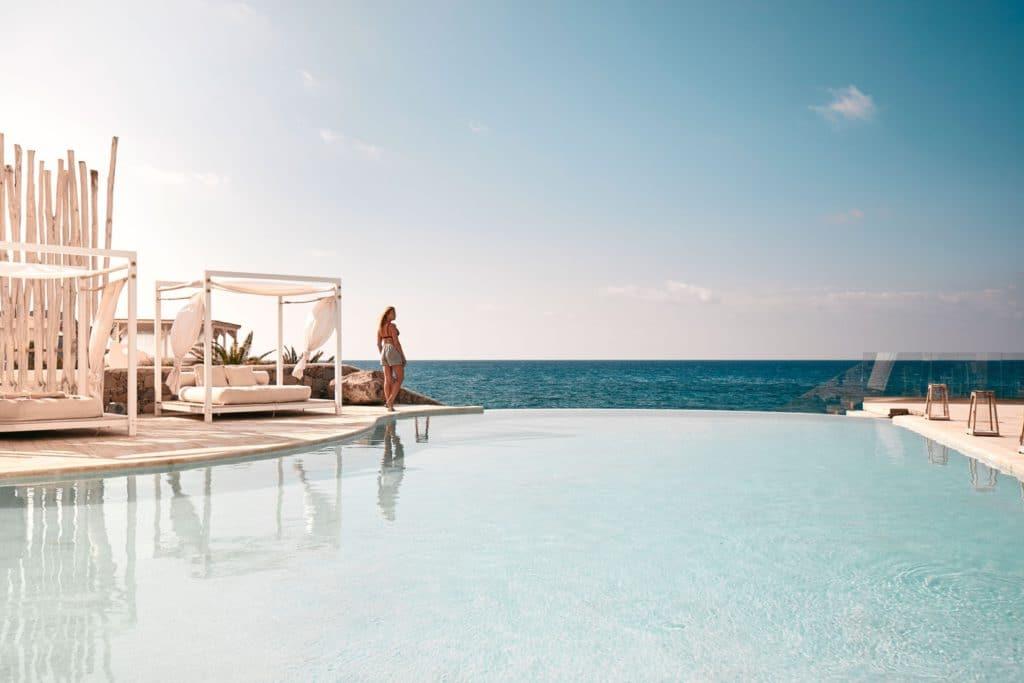 Weekend dans un hotel avec piscine.